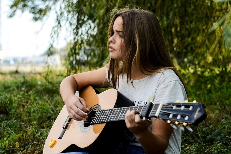 Music as an industry, let us think in a feminine perspective